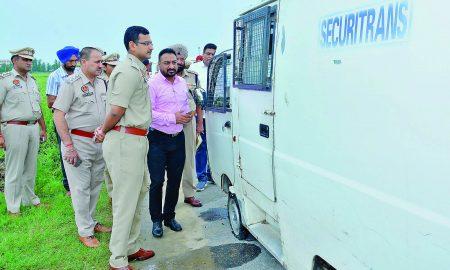 Robbers, Looted 5 lakh, Guard Injured, Punjab