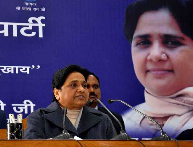 LUCKNOW, JAN 8 (UNI):- BSP Supremo Mayawati addressing to district presidents and leader on view of UP Assembly at  party office in Lucknow on Sunday. UNI PHOTO-24U