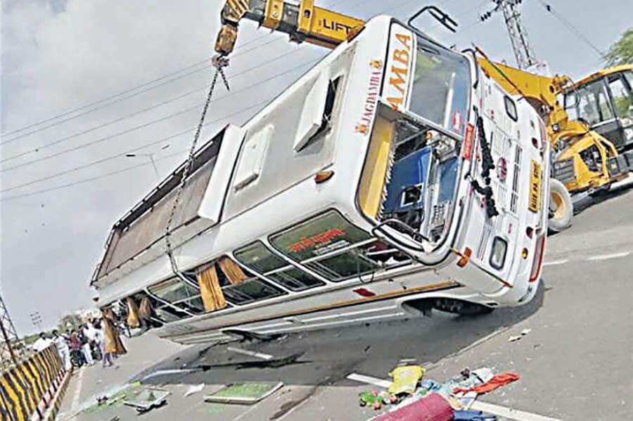 Delhi, Bus, Dump, Collision, Fifty, Injured