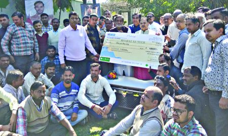 Chinar institution employees handed over one lakh check