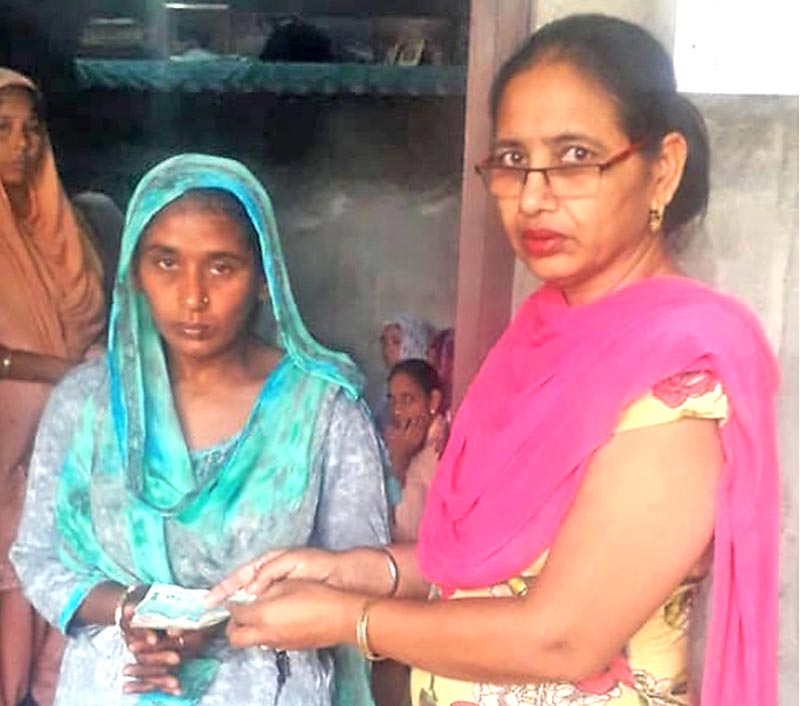 Dera devotees give financial aid to the needy girl