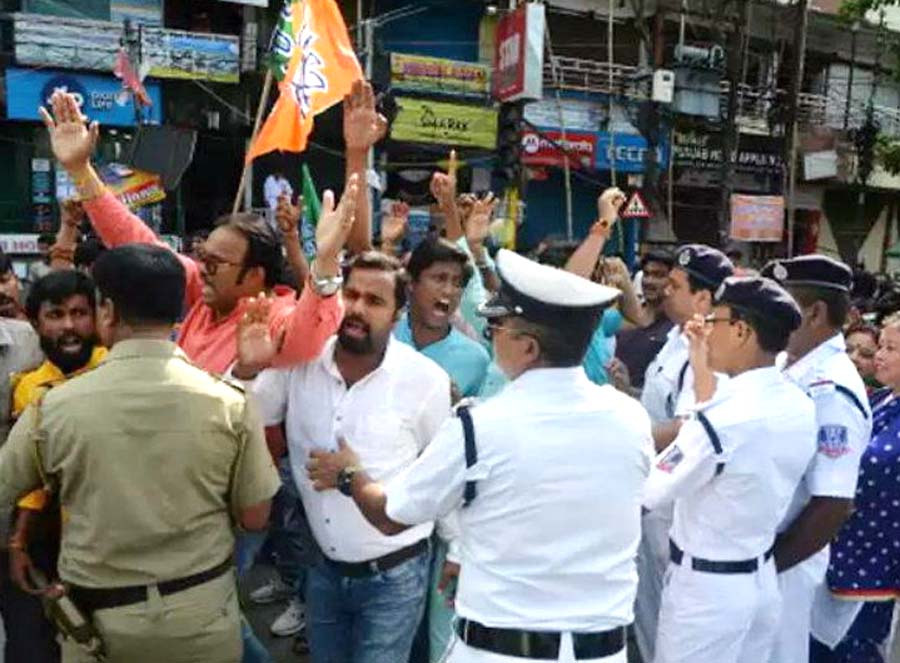 Kolkata: BJP's march against the killing of workers; Police fired tear gas shells