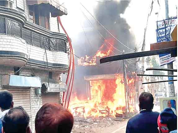 plots emptied due to fire in garbage heap - sofa warehouse burnt -Ludhiana - Sach Kahoon News